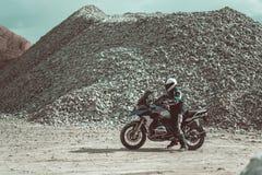 Motocyklista z hełma i motocyklu stroju jazdą na nowożytnym motocyklu obraz stock