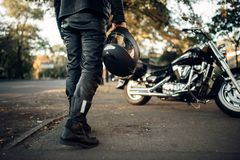 Motocyklista z hełmem w ręce iść siekacz obrazy royalty free