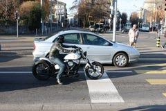 Motocyklisty rowerzysta zatrzymujący przy skrzyżowaniem fotografia royalty free