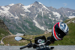 Motocyklu hełm wieszał na handlebar, Grossglockner Wysoki Al Obraz Royalty Free