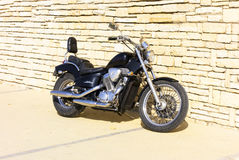 Motocyklu Honda rumak VLX stoi blisko ściana z cegieł Obraz Stock