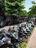 Motocyklu i hulajnogi parking blisko targowego Denpasar zdjęcie stock
