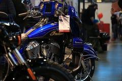 Motocyklu indianina Roadmaster elita 2018 błękitny i czarny Zakończenie fotografia stock