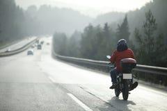 Motocyklu kurier Na autostradzie zdjęcia royalty free