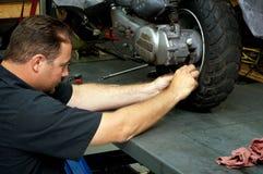 Motocyklu mechanik załatwia tylni oponę Zdjęcia Stock