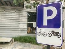 Motocyklu miejsca parkingowe znak przed sklepem Obrazy Stock