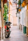 Motocyklu parking na wąskiej ulicie w Europa Obrazy Stock