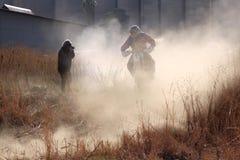 Motocyklu powietrzny nadmierny garbek w pyle na piaska śladzie podczas wiecu Fotografia Royalty Free