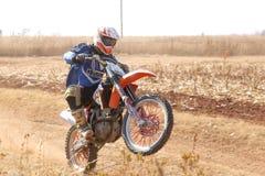Motocyklu wheelie na tylnym kole kopie up ślad pył na piasku Fotografia Royalty Free