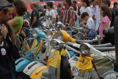 Motocyklu wiec rocznik hulajnoga ` Vespa włoski ` zdjęcia stock