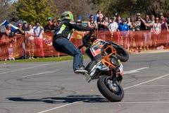 Motocyklu wyczynu kaskaderskiego jeździec - Wheelie Obraz Royalty Free