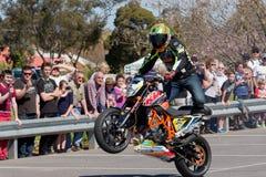 Motocyklu wyczynu kaskaderskiego jeździec - Wheelie Obrazy Royalty Free