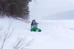 Motoneige fait maison sur la glace d'une rivière d'hiver photos libres de droits