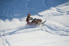 Motoneige mobile dans la forêt d'hiver dans les montagnes Photos libres de droits