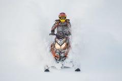 Motoneige mobile dans la forêt d'hiver dans les montagnes Photo libre de droits
