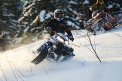 Motoneige mobile dans la forêt d'hiver dans les montagnes Photographie stock libre de droits