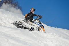 Motoneige mobile dans la forêt d'hiver dans les montagnes Photographie stock