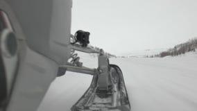 Motoneige puissant conduit par des mouvements de personnes le long de vallée de neige banque de vidéos