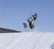Motoneige sur l'itinéraire dans un saut en air photo stock