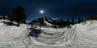 Motoneige une nuit éclairée par la lune sur la route dans les montagnes Panorama 360 180 sphérique Photographie stock