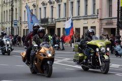 Motoparad Radfahrer fahren auf die Hauptstraße von St Petersburg auf dem steilen und das schön lizenzfreies stockbild