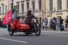 Motoparad Radfahrer fahren auf die Hauptstraße von St Petersburg auf dem steilen und schönen Retro- stockfoto