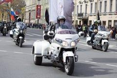 Motoparad Radfahrer fahren auf die Hauptstra?e von St Petersburg auf dem steilen und das sch?n stockfotografie