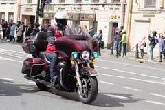 Motoparad Radfahrer fahren auf die Hauptstra?e von St Petersburg auf dem steilen und das sch?n stockfoto