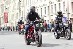 Motoparad Radfahrer fahren auf die Hauptstra?e von St Petersburg auf dem steilen und das sch?n stockbilder