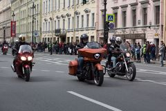 Motoparad Radfahrer fahren auf die Hauptstra?e von St Petersburg auf dem steilen und das sch?n stockfotos