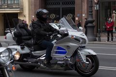Motoparad Radfahrer fahren auf die Hauptstra?e von St Petersburg auf dem steilen und das sch?n lizenzfreie stockbilder