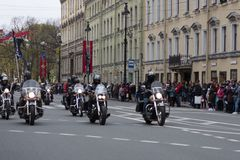 Motoparad Radfahrer fahren auf die Hauptstra?e von St Petersburg auf dem steilen und das sch?n lizenzfreie stockfotografie