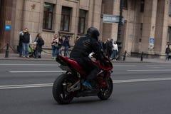 Motoparad Radfahrer fahren auf die Hauptstra?e von St Petersburg auf dem steilen und das sch?n stockbild