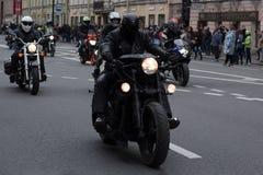 Motoparad Radfahrer fahren auf die Hauptstra?e von St Petersburg auf dem steilen und das sch?n lizenzfreies stockbild