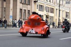 Motoparad Radfahrer fahren auf die Hauptstra?e von St Petersburg auf dem steilen und das sch?n lizenzfreies stockfoto