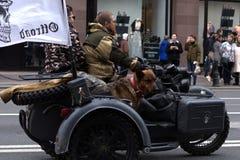 Motoparad Radfahrer und Hundefahrt auf die Hauptstraße von St Petersburg auf dem steilen und stockbilder