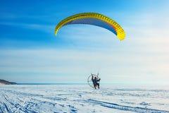 Motoparaplane över floden Ob Västra Sibirien, Ryssland Royaltyfria Foton
