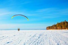 Motoparaplane över floden Ob Västra Sibirien, Ryssland Royaltyfri Bild