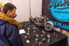 Motopark-2015 (bikePark-2015) De tentoonstellingstribune van Pegar (kunstenaar) De showcase met metaalmodellen van echte motorfie Stock Afbeelding