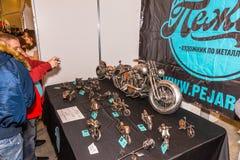 Motopark-2015 (bikePark-2015) De tentoonstellingstribune van Pegar (kunstenaar) De showcase met metaalmodellen van echte motorfie Royalty-vrije Stock Foto