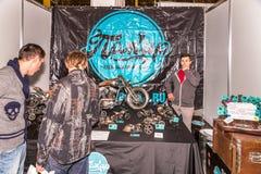 Motopark-2015 (bikePark-2015) De tentoonstellingstribune van Pegar (kunstenaar) De showcase met metaalmodellen van echte motorfie Stock Afbeeldingen