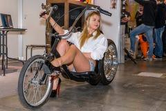 Motopark-2015 (BikePark-2015) Der Ausstellungsstand der Firma Thomi Felgen Das Mädchen auf dem ursprünglichen Fahrrad handmade Lizenzfreie Stockbilder
