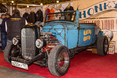 Motopark-2015 (BikePark-2015) Der Ausstellungsstand der Honky Tonk-Stange Das Retro- Auto mit Logo der Stange auf der Tür Stockbild