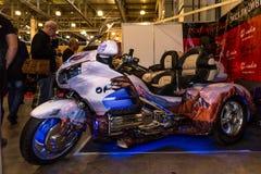 Motopark-2015 (BikePark-2015) Der Ausstellungsstand des Studios GL-Audio Dreirad (Trike) Honda Besucher schauen den Stand Stockfotos