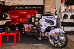 Motopark-2015 (BikePark-2015) Der Ausstellungsstand des Studios GL-Audio Dreirad (Trike) Honda Besucher schauen den Stand Lizenzfreie Stockfotos