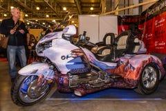 Motopark-2015 (BikePark-2015) Der Ausstellungsstand des Studios GL-Audio Dreirad (Trike) Honda Besucher schauen den Stand Lizenzfreie Stockbilder