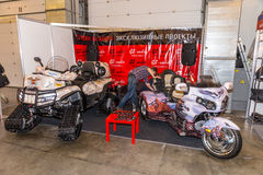 Motopark-2015 (BikePark-2015) Der Ausstellungsstand des Studios GL-Audio Dreirad (Trike) Honda und ATV auf Bahnen Lizenzfreies Stockfoto