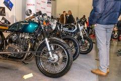 Motopark-2015 (BikePark-2015) Der Ausstellungsstand mit Motorrädern Besucher betrachtet Motorräder Lizenzfreies Stockbild