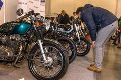 Motopark-2015 (BikePark-2015) Der Ausstellungsstand mit Motorrädern Besucher betrachtet Motorräder Stockbilder