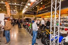 Motopark-2015 (BikePark-2015) Der Ausstellungsstand MotoLand Besucher passen den Stand auf Lizenzfreies Stockbild